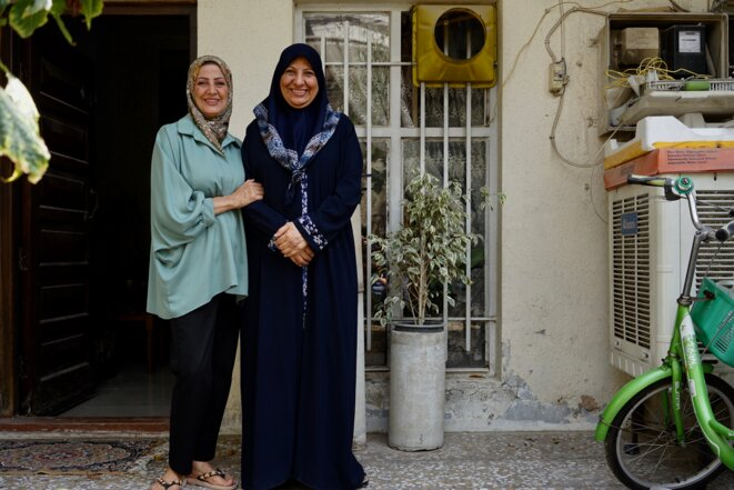 Amal (à gauche) et sa mère Sahira devant l'entrée de leur maison (Bagdad, avril 2021). © Rachida El Azzouzi