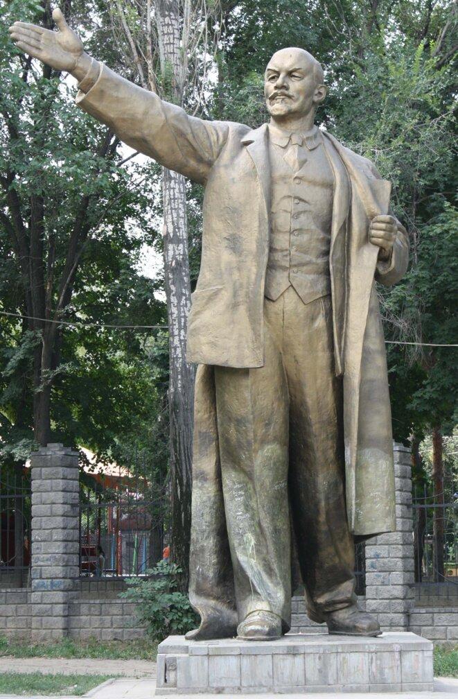 Exemple du temps orienté, représenté par le bras tendu, où le futur commande le présent dans le socialisme réel du XXe siècle. Statue de Lénine à Almaty, Kazakhstan, photographie de 2009. Source: Wikimedia Commons.