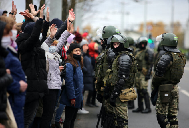 Une manifestation antigouvernementale nassée par les forces de police antiémeute, à Minsk, le 1er novembre 2020. © Stringer / AFP
