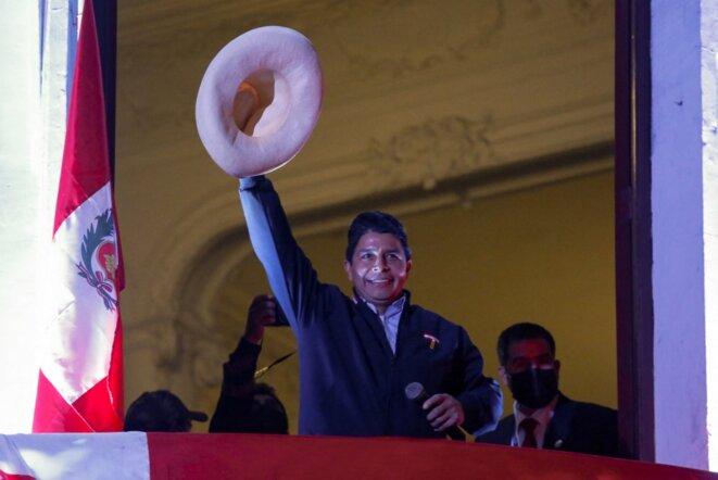 Pedro Castillo salue ses partisans depuis le siège de son parti, Perú Libre, à Lima le 10 juin 2021. © Gian Masko/AFP