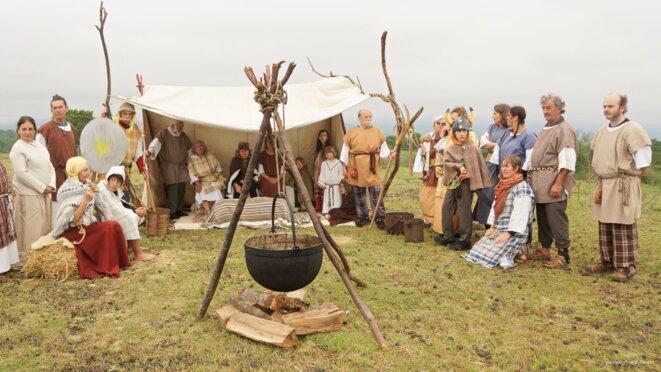 La tribu Arvernes se prépare à accuellir Astérix et ... au tournage de la scène © Georges-André Photos