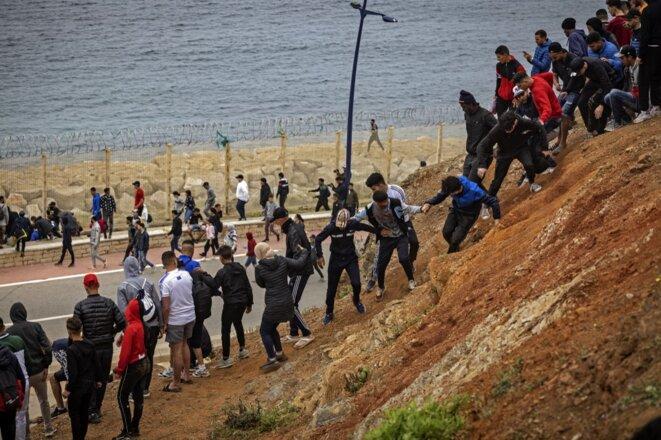 Des migrants marocains à l'approche de Ceuta le 18 mai 2021 © Fadel Senna / AFP.