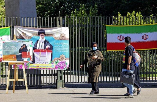 Des affiches incitent à aller voter, à Téhéran. © Atta Kenare / AFP