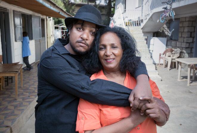 Figure maternelle : Zemi Yenus, qui a créé la première école pour enfants autistes en Éthiopie, pose avec son fils Jojo en 2017. © Petterick Wiggers