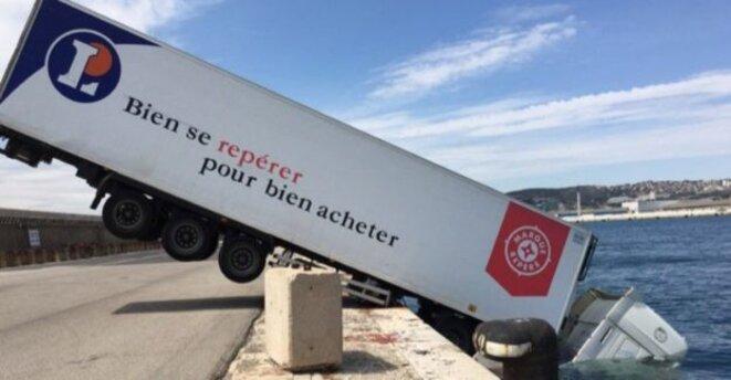 camion-leclerc-dans-le-port-de-marseille