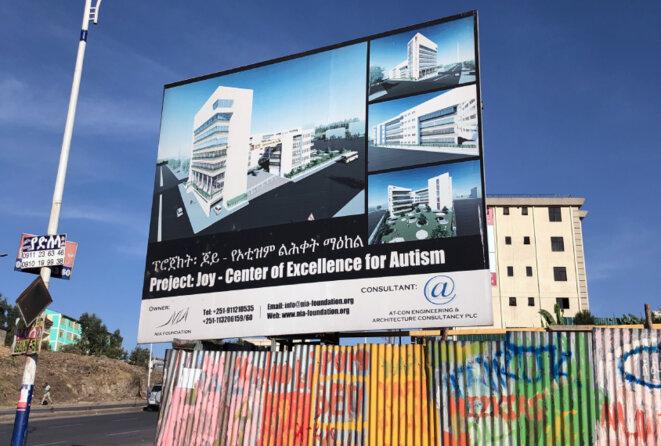 En cours de construction : Un panneau d'affichage indique le futur emplacement du Centre d'excellence pour l'autisme de Joy.
