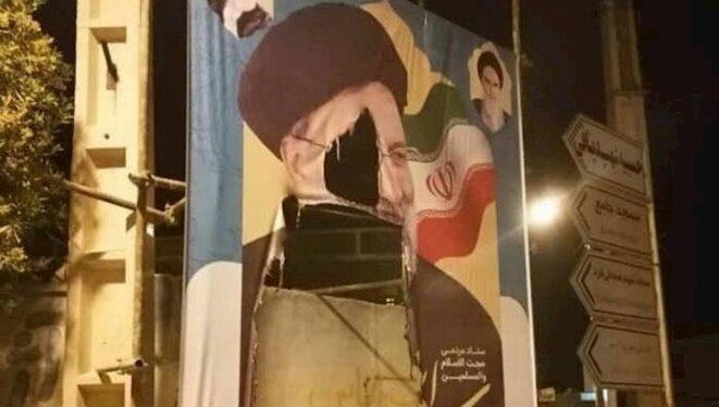 Affiche de campagne du mollah Ebrahim Raïssi détruite par les Iraniens en colère