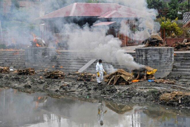 Crémation de personnes décédées du Covid-19, le 7 mai 2021 à Katmandou. © Bikash Karki/AFP