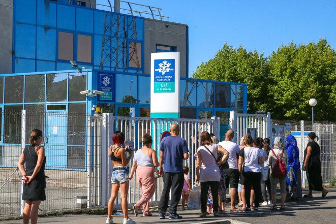 Plusieurs personnes attendent l'ouverture de la Caisse des Allocations familiales de la Drome à Valence, en août 2020. © Nicolas Guyonnet / Hans Lucas / Hans Lucas via AFP