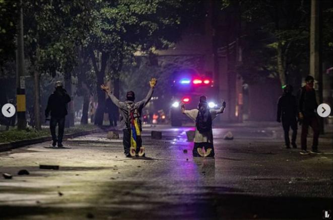 Deux manifestants faisant face à la police. © @desanestesico