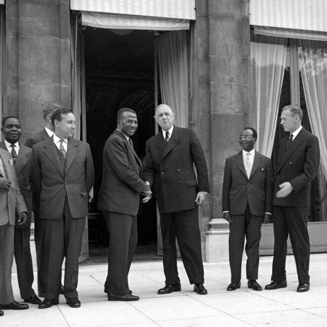 Le premier ministre togolais Sylvanus Olympio serre la main du président français, Charles de Gaulle, le 16 septembre 1960, à l'Élysée. © AFP