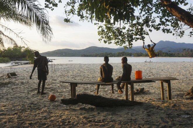 La plage de Black Johnson, près de Freetown en Sierra Leone, le 23 mai 2021. © Saidu Bah/AFP
