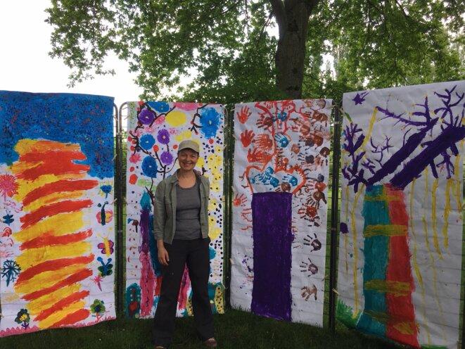 arbres géants peints avec les mains par 4 enfants chacun, puis installés en clairière enchantée parmi les chênes de la pâtures