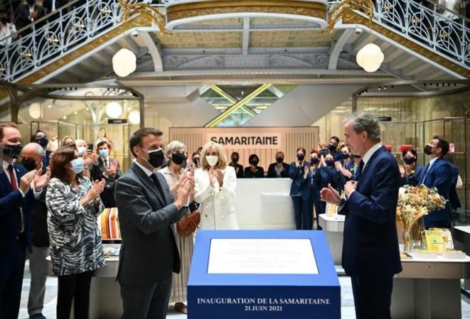 Emmanuel Macron et Bernard Arnault, le 21 juin à La Samaritaine. © AFP