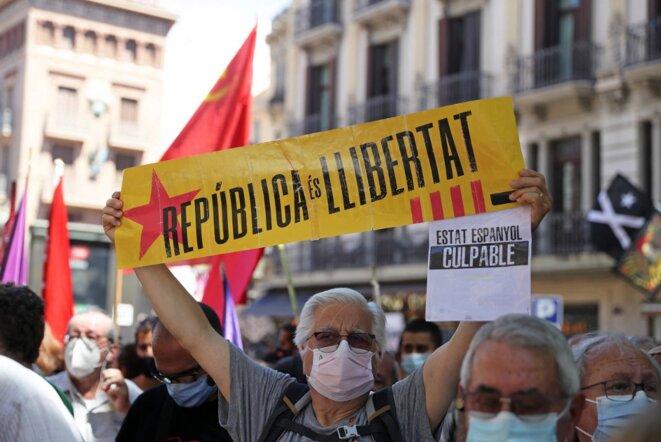 Des militants pro-indépendance de la Catalogne rassemblés lundi 21 juin 2021 devant le Liceu à Barcelone, pendant l'intervention de Pedro Sánchez © Joan Valls / NurPhoto via AFP.