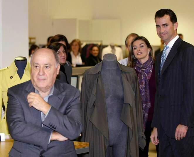Amancio Ortega recibió a los Príncipes Felipe y Letizia en su fábrica de La Coruña en diciembre de 2008. © Miguel Vidal/Reuters