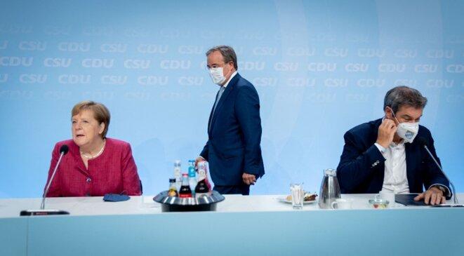 La chancelière Angela merkel, le candidat de la CDU, Armin Laschet, et le patron de la CSU bavaroise, Markus Söder, lors de la présentation de leur programme pour les législatives allemandes, le 21 juin, à Berlin. © Kay Nietfeld / dpa Picture-Alliance via AFP
