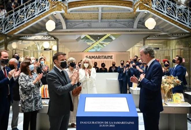 Emmanuel Macron y Bernard Arnault, el 21 de junio en La Samaritaine. © AFP