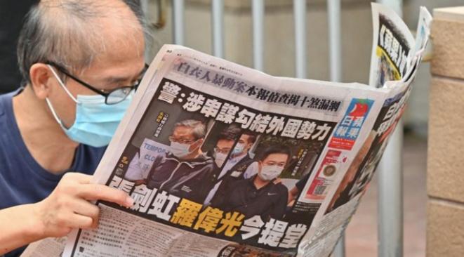 Un lecteur de l'« Apple Daily », le 19 juin 2021. © Peter Parks/AFP