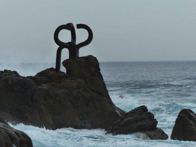 "Photo de  la sculpture d'Eduardo Chillida, ""Peine del Viento"""