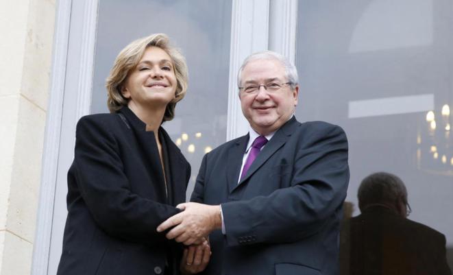 Jean-Paul Huchon et Valérie Pécresse lors de leur passage de pouvoir à la région Île-de-France, le 18 décembre 2015. © PATRICK KOVARIK / AFP