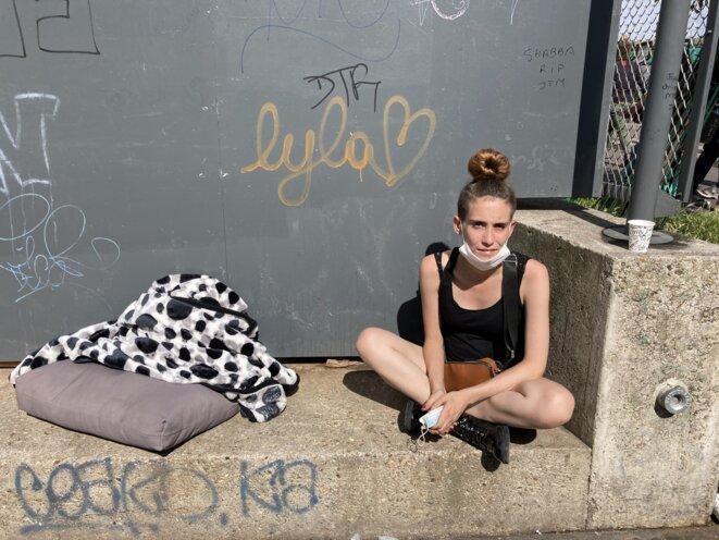 Laura, 21 ans, devant le jardin d'Eole, devenu haut lieu de la consommation de crack à Paris. © RLS