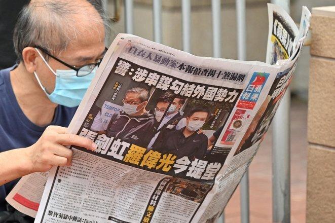 Un lector del « Apple Daily », el 19 de junio de 2021. © Peter Parks/AFP