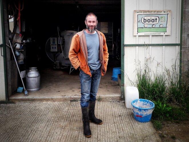 Cyrille Guilloteau est producteur de lait bio depuis 2010 à Pancé, à 35 kilomètres au sud de Rennes. 23 juin 2021. © MC / Mediapart