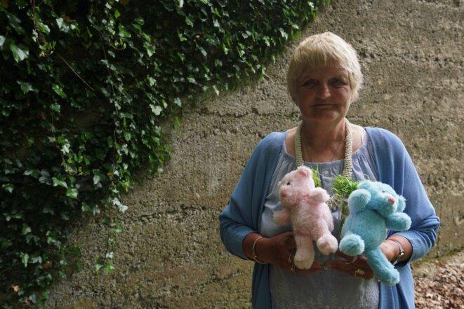 Sheila O'Byrne se rend sur les tombes des mères et des enfants enterrés partout dans le pays. © J. D.