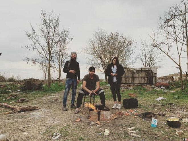 Hakim, à gauche avec le keffieh, squatte une maison dans le nord de la Serbie avec huit compatriotes. Tous espèrent rejoindre l'Allemagne. © SR