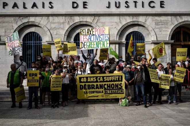 Des membres de Greenpeace manifestent devant le tribunal de Valence le 29 juin 2021. © Jeff Pachoud/AFP