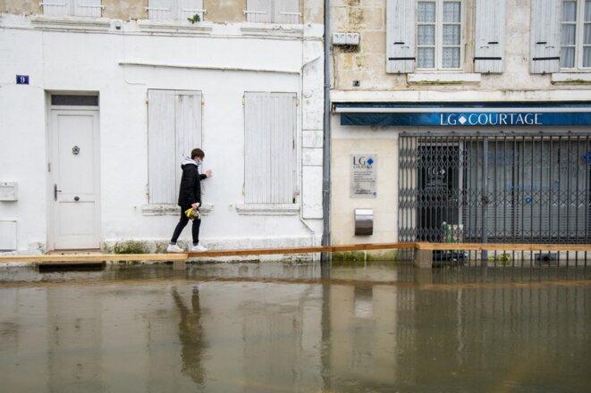 Inondations à Saintes (Charente-Maritime), à la suite de la crue du fleuve Charente, le 8 février 2021. © Crédit Jerome Gilles / NurPhoto / NurPhoto via AFP