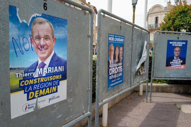 Panneaux électoraux à Saint-Raphaël, le 19 juin 2021. © Arie Botbol/Hans Lucas/AFP