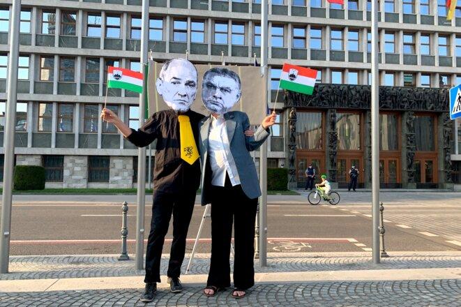 Manifestants mimant le couple Jansa-Orban. © SR
