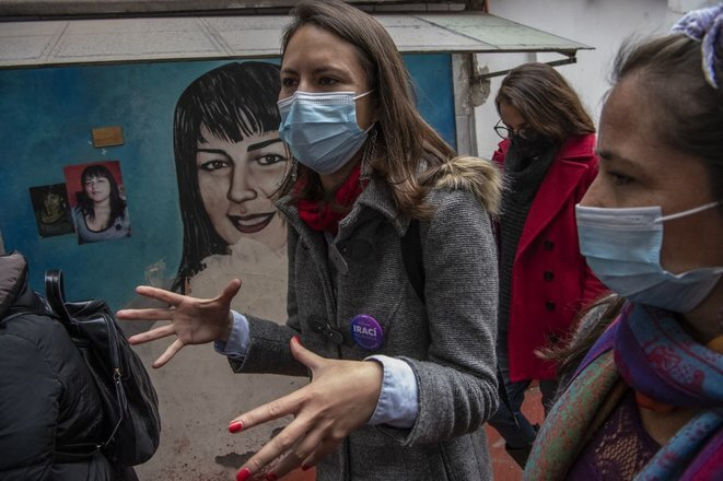 Irací Hassler visitando un barrio de Santiago el 20 de mayo de 2021. © Martin Bernetti/AFP