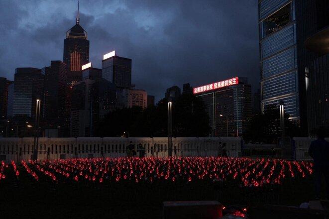 Des lumières rouges sont installées à l'extérieur du bâtiment du gouvernement local le 30 juin 2021 à la veille du centenaire du Parti communiste chinois et du 24e anniversaire de la rétrocession. © EYEPRESS/HW CHAN/EyePress News/EyePress/AFP