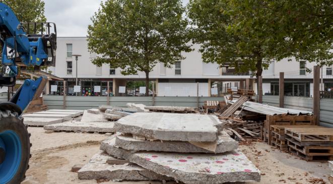 Des dalles de béton récupérées lors de la démolition d'une tour à Stains (Seine-Saint-Denis) en 2016, avec le collectif Bellastock. © Alexis Leclercq / Bellastock