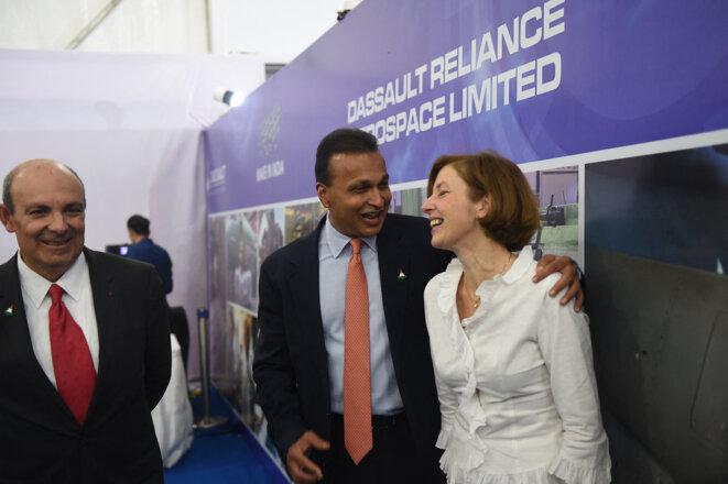 Le PDG de Dassault Aviation, Éric Trappier (à gauche), avec le PDG de Reliance, Anil Ambani (au centre), et la ministre des armées Florence Parly (à droite), lors de la pose de la première pierre de l'usine Dassault Reliance Aerospace Ltd (DRAL) à Nagpur, Inde, le 27 octobre 2017. © Money Sharma / AFP