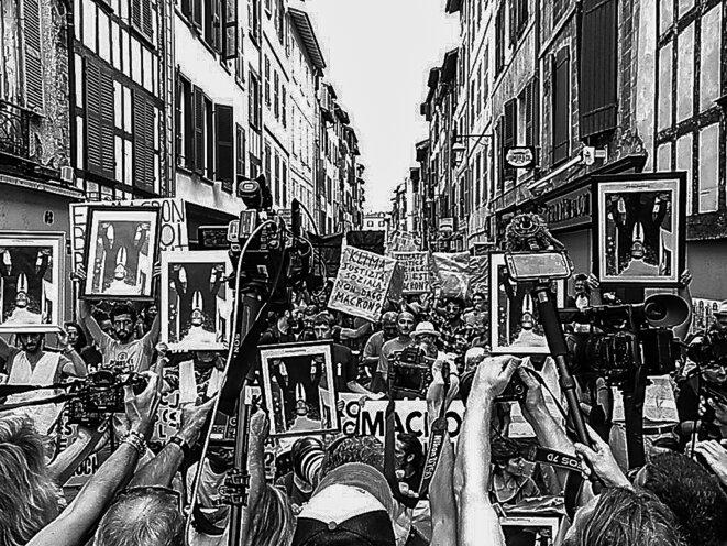 La marche des portraits. Une action médiatique menée par les collectifs ANV-COP21 et Alternatiba pendant le G7 de Biarritz pour interpeller Emmanuel Macron sur l'inaction climatique et le confronter à l'opinion publique mondiale. Bayonne, le 25 août 2019. © P. Fimbel