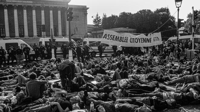La démocratie suit la Nature. Die in devant l'Assemblée Nationale, pour une démocratie plus directe. Une action organisée par Extinction Rebellion, en clôture de la Semaine de la Rébellion à Paris, Octobre 2019. © P. Fimbel