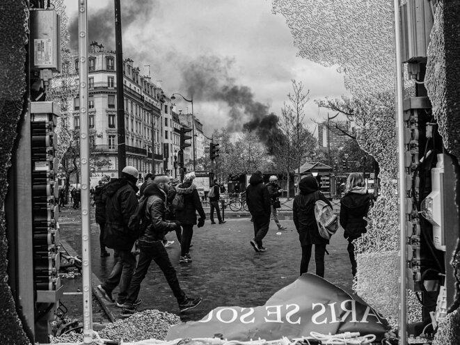 Paris se soulève. Des séquelles des affrontements et destructions sur la place d'Italie lors de l'anniversaire des Gilets Jaunes à Paris le 16 Novembre 2019. © P. Fimbel