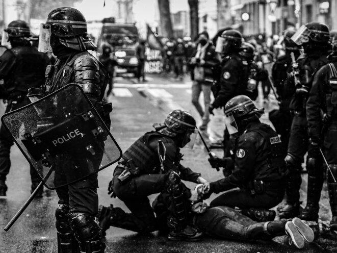 Interpellé. Après des mois de confinement, la manifestation du 1er Mai à Lyon a été marqué par des violences et des affrontements entre membres du black bloc et forces de l'ordre. Un manifestant se fait interpeller. Lyon le 1er Mai 2021. © P. Fimbel