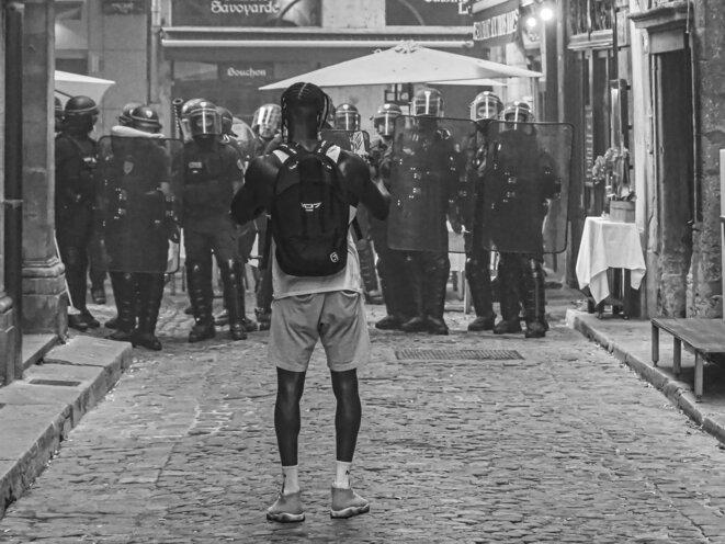 Seul ? Virgile Anasse et sa communauté en ligne défient la police lors d'une manifestation Black Lives Matter à Lyon le 2 Juin 2020. © P. Fimbel