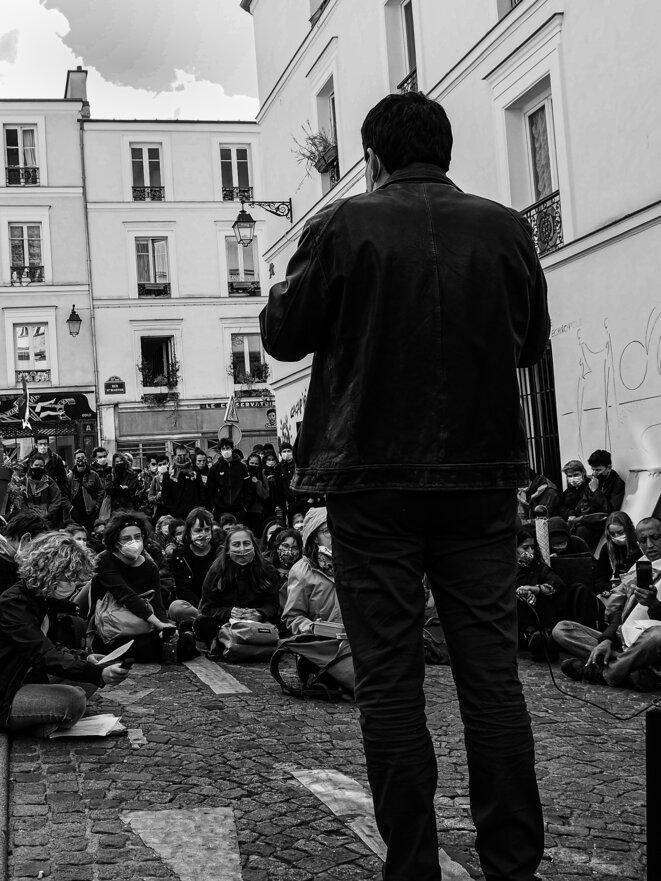 Le Capital et les militants. L'économiste Thomas Piketty échange avec des militants écologistes à la ZAD de la place Sainte Marthe à Paris, le 26 Septembre 2021. © P. Fimbel
