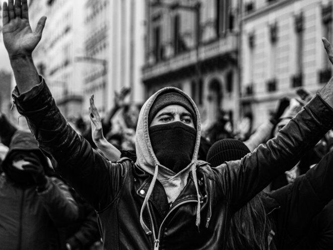 Siamo Tutti Antifascisti. Les méthodes et chants antifascistes sont très présents chez les manifestants les plus déterminés contre la loi sécurité globale à Lyon, le 12 Décembre 2020. © P. Fimbel