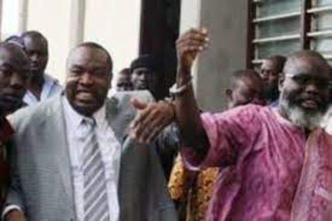 Kpatcha Gnassingbé et le Commandant Abi Atti, menottés ensemble à l'arrivée devant le tribunal de Lomé, lors d'une séance de leur procès en 2011