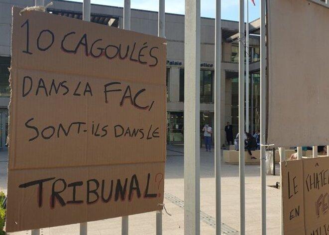 Des manifestants ont accroché une pancarte sur les grilles du tribunal correctionnel de Montpellier. © Cécile Hautefeuille