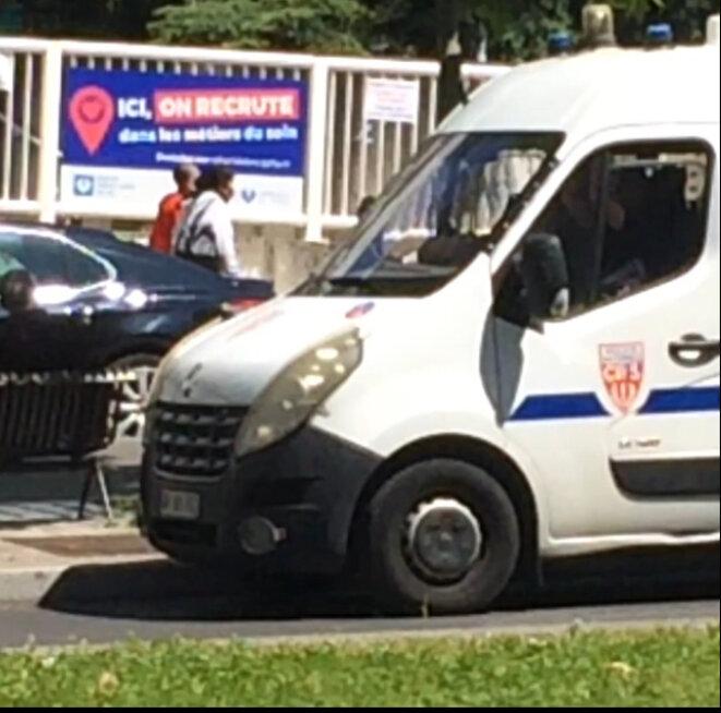 "Paris, mai 2020. Panneau en arrière fond: ""ici l'hôpital recrute"""