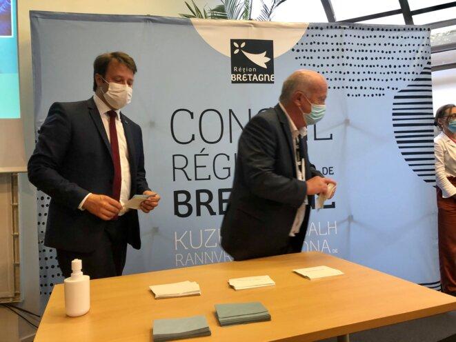 Loïg Chesnais-Girard et son allié Daniel Cueff, lors du « troisième tour » des élections régionales en Bretagne, le 1er juillet 2021. © MG