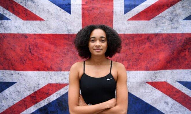 La nageuse Alice Dearing représentera la Grande-Bretagne aux Jeux olympiques de Tokyo. Mais la Fédération internationale de natation vient de lui interdire le port d'un bonnet adapté aux chevelures afro. © The Guardian, UK